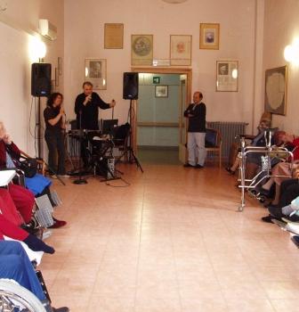 Feste con musica con gli anziani della città